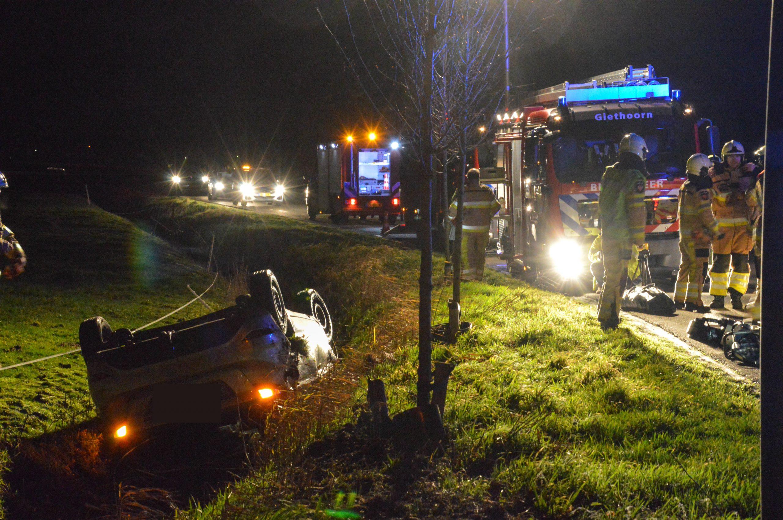 Auto slaat over de kop en belandt in greppel