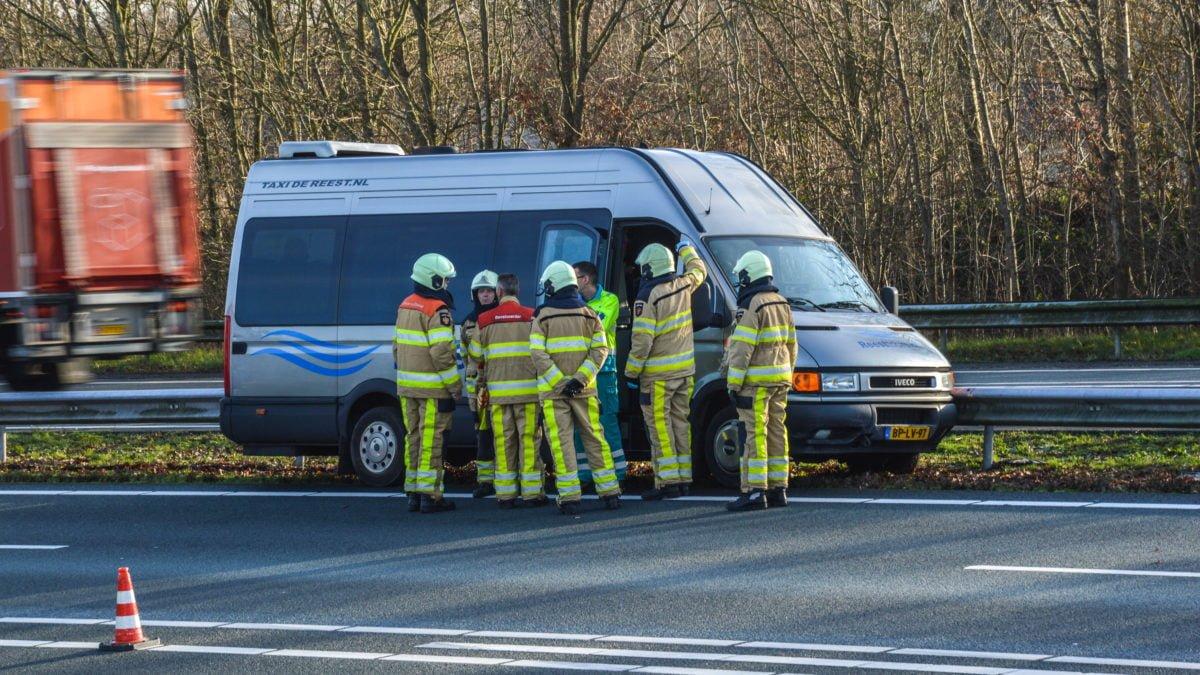 Minibus belandt tegen vangrail op A32 bij Steenwijk