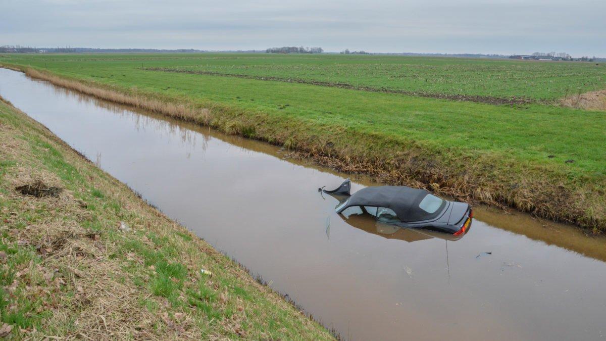 Cabrio raakt te water aan Eesveenseweg