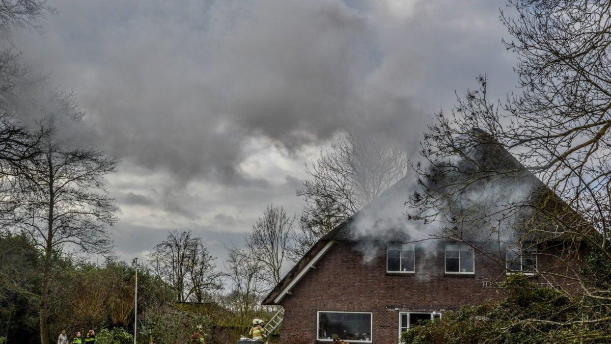 Veel rook bij schoorsteenbrand in Giethoorn
