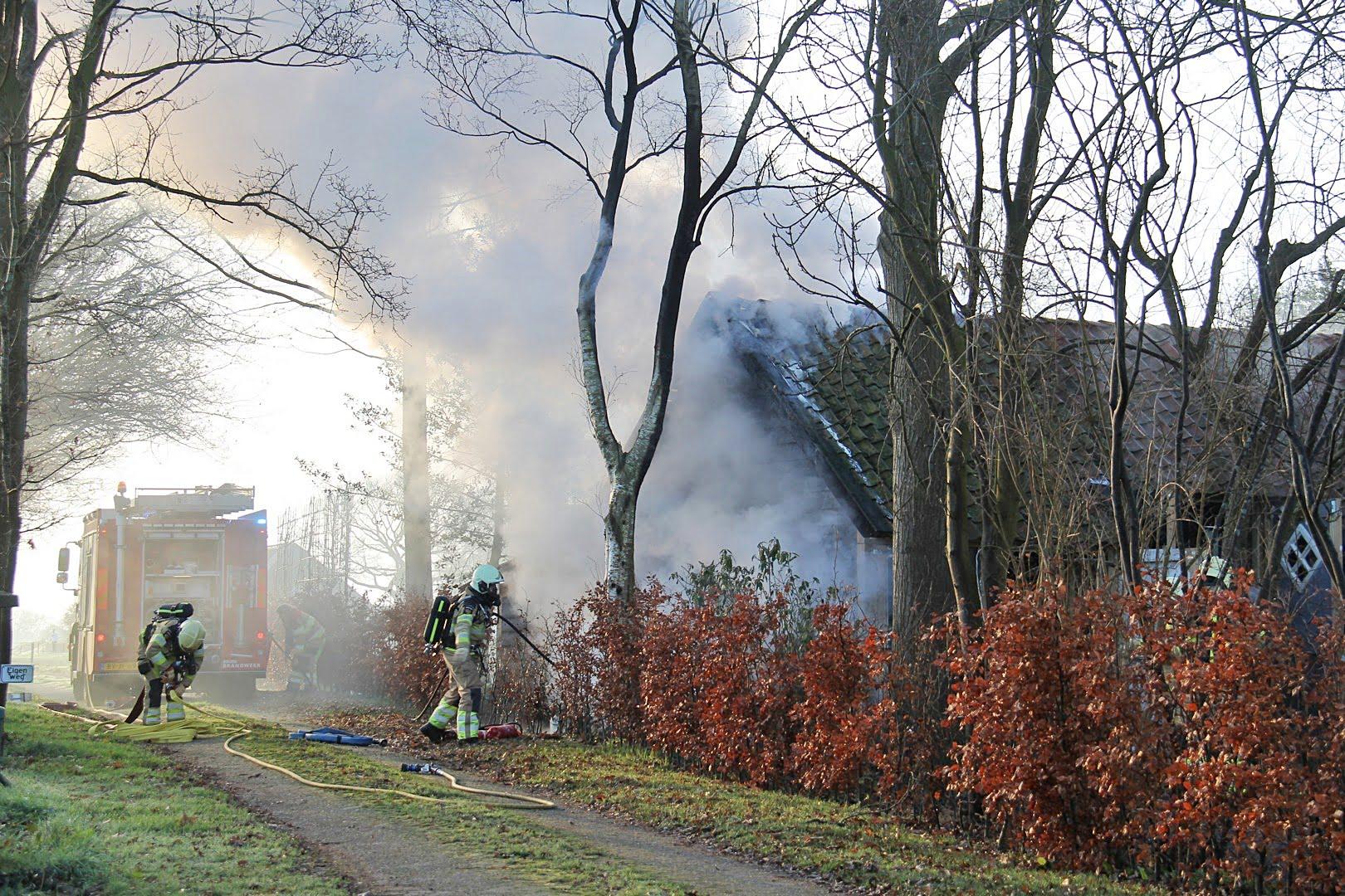 Uitslaande brand in garage aan de Binnenweg in Paasloo