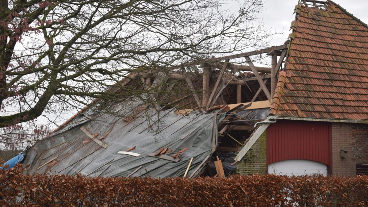 Dak van boerderij ingestort na harde wind in De Blesse