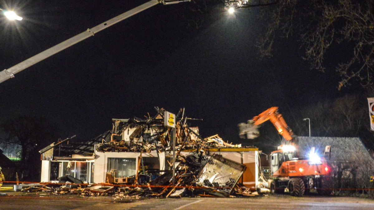 Bovenverdieping van garage gesloopt na verwoestende brand in Steenwijkerwold