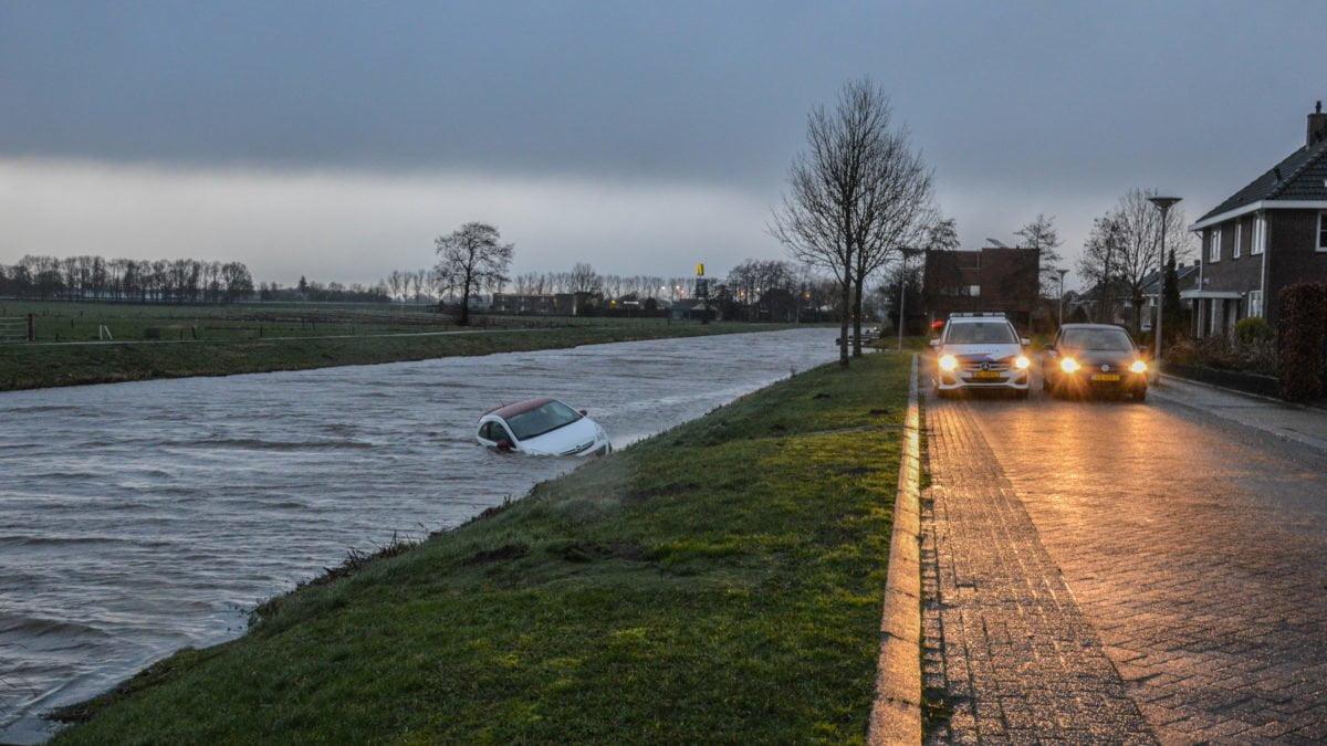 Auto rolt het water in door vergeten handrem