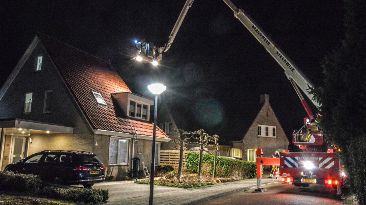 Brandweer rukt uit voor schoorsteen brand aan De Wiende in Steenwijk
