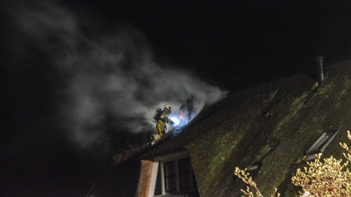 Forse brand in rietgedekte woning in Wanneperveen