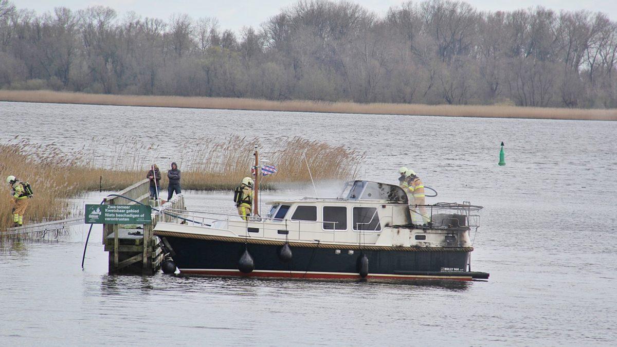 Boot vliegt in brand tijdens varen in Vollenhove