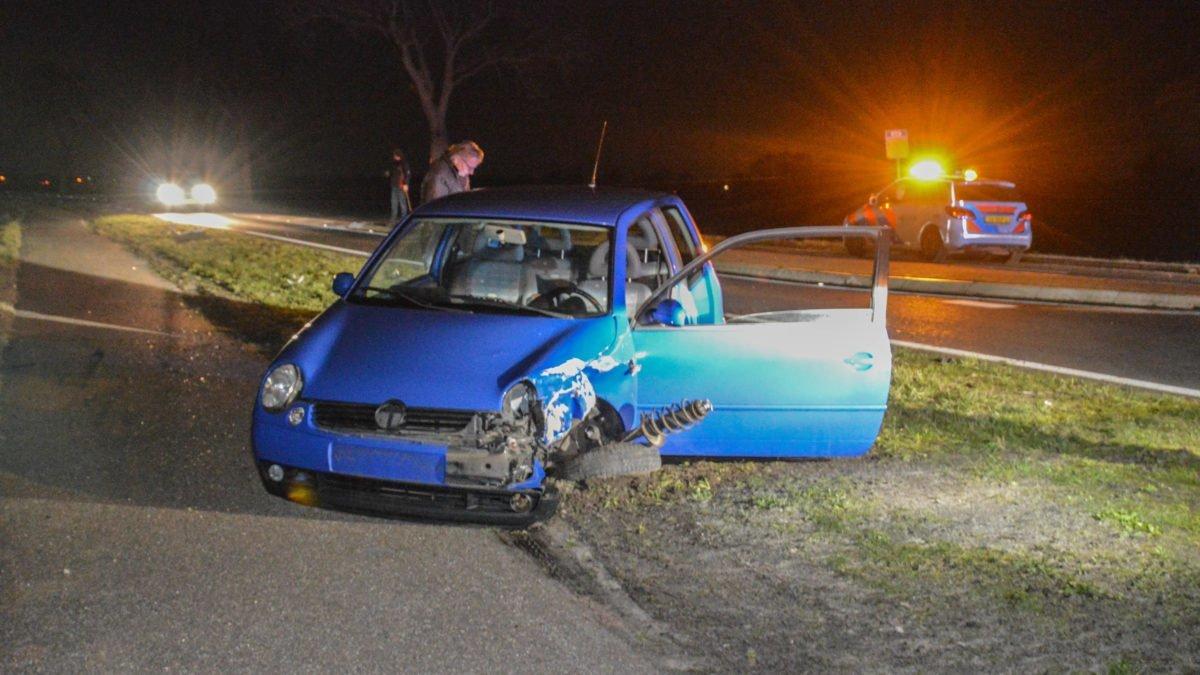 Auto zwaar beschadigd na omver rijden lantaarnpaal op N333