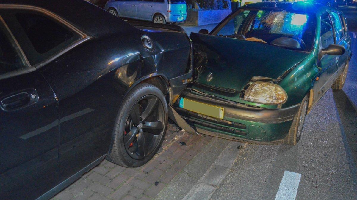 Automobilist ramt geparkeerde auto in Steenwijk