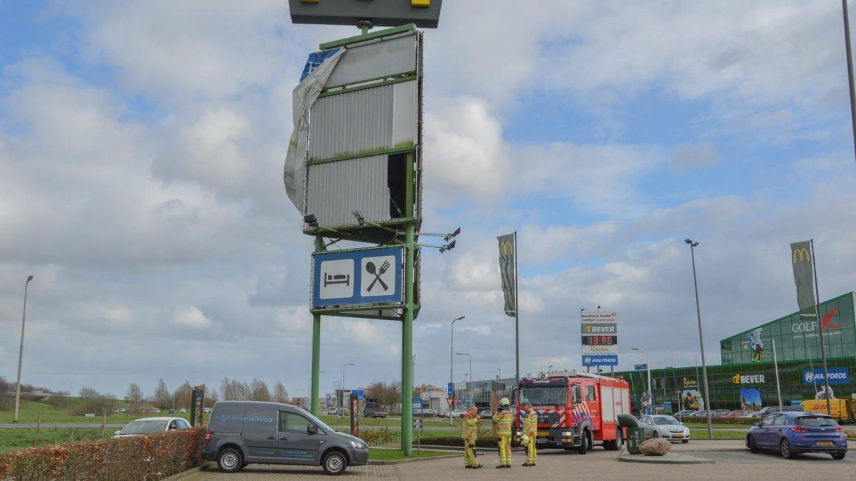 Brandweer verwijdert losgeslagen spandoek in Steenwijk