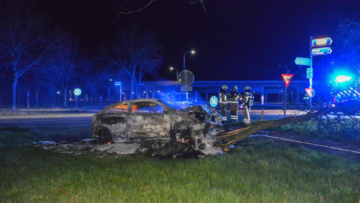Auto volledig uitgebrand na eenzijdig ongeval op Oude Rijksweg