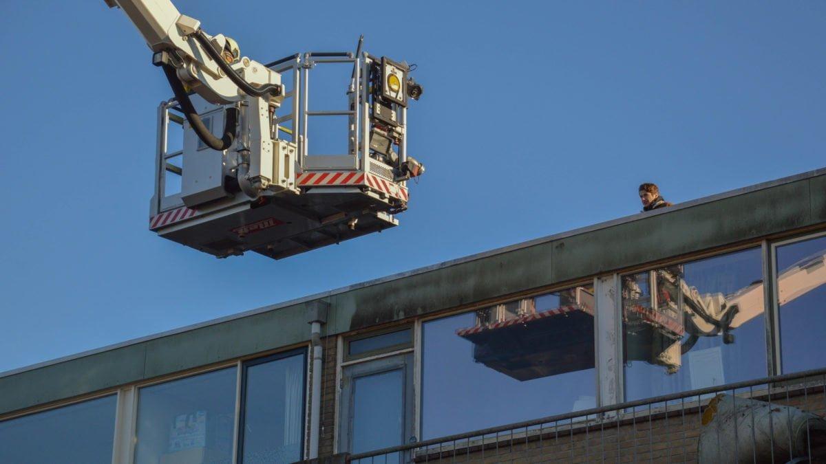 Brandweer haalt jongen van het dak in Steenwijk