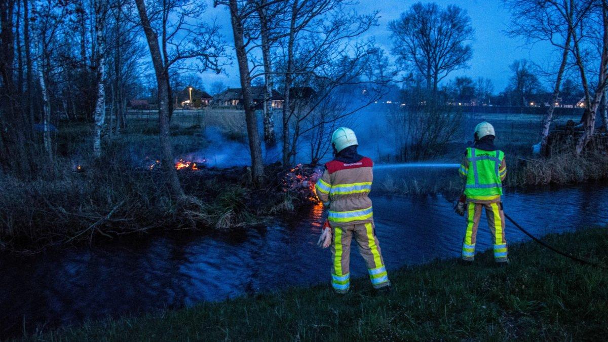 Brandweer blust bermbrand in Giethoorn
