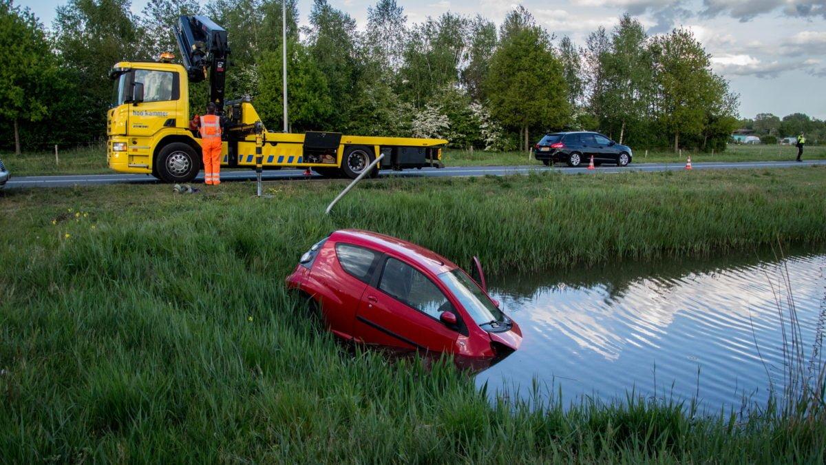 Auto te water in Meppel, bestuurder blijft ongedeerd