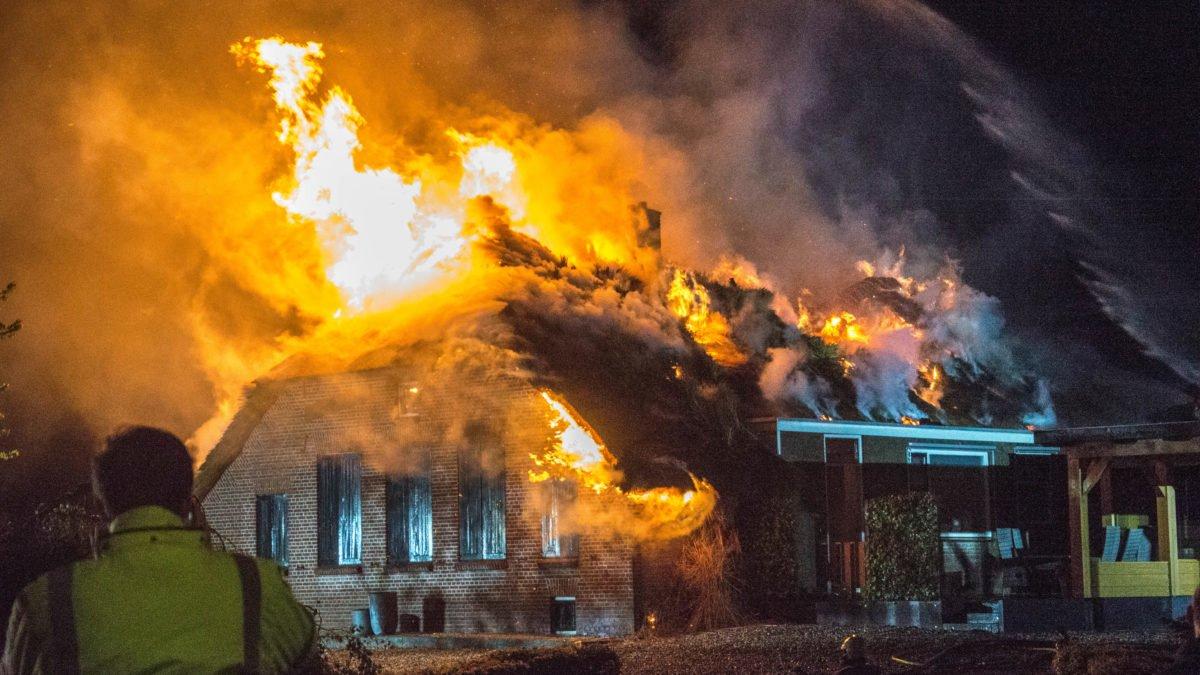 Woonboerderij verwoest na brand in Genemuiden