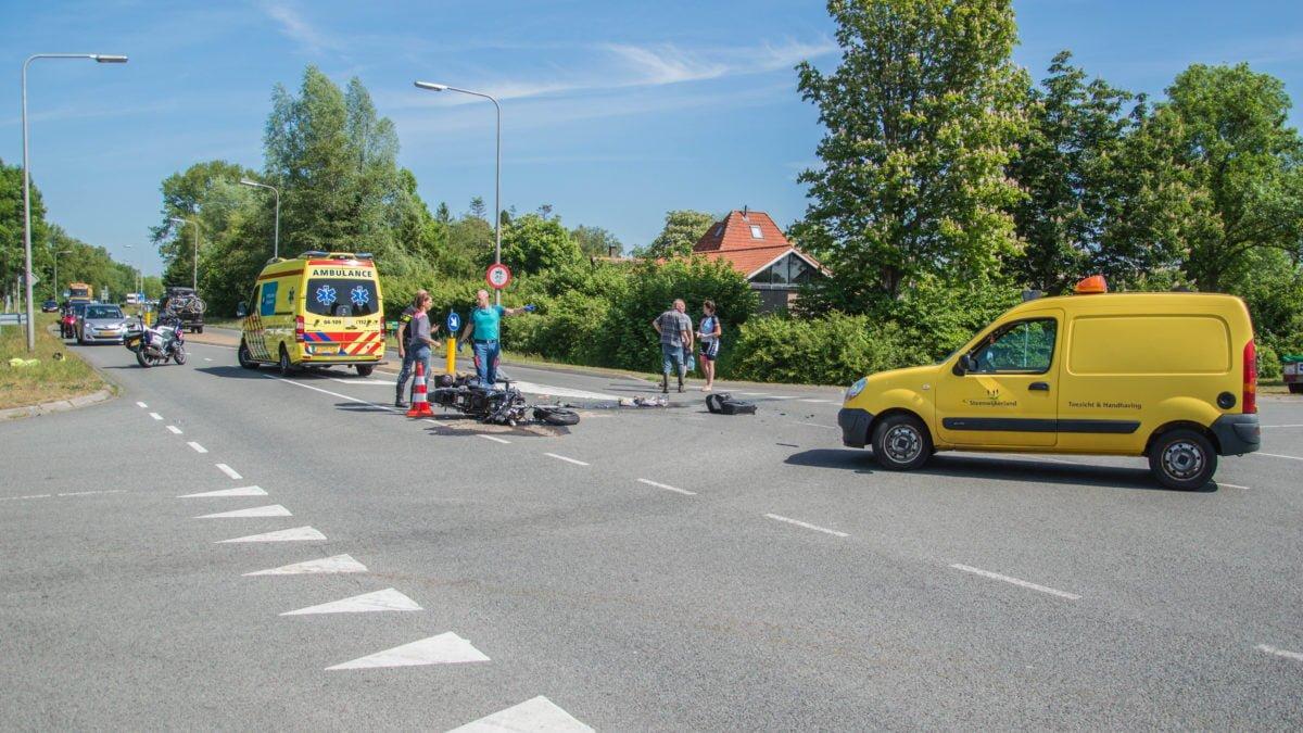 Motorrijdster gewond na ongeval op kruispunt in Giethoorn