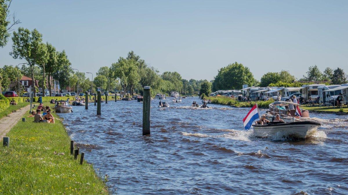 Gezellig druk in Giethoorn, nog geen afsluitingen wel volop controle