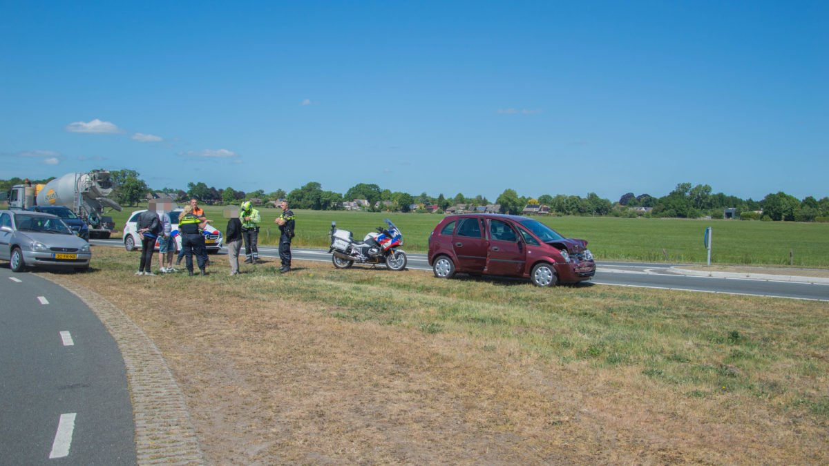 Auto total loss na kop staart botsing in Steenwijk