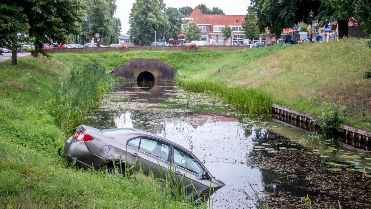 Auto rolt Looijersgracht in na vergeten handrem