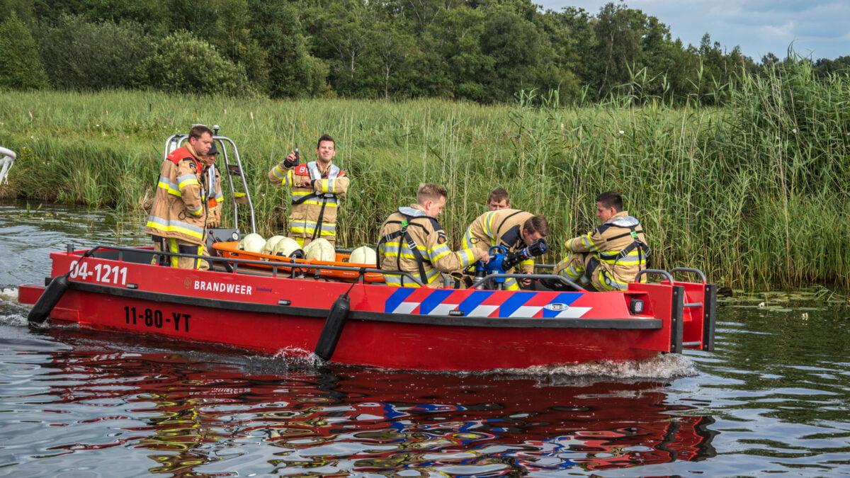 Brandweer redt paard uit het water aan Thijssengracht