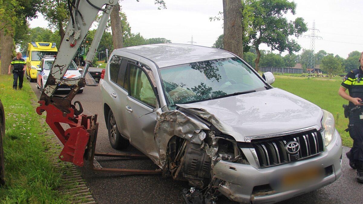 Auto tegen boom op de Rijksweg in Nijeveen
