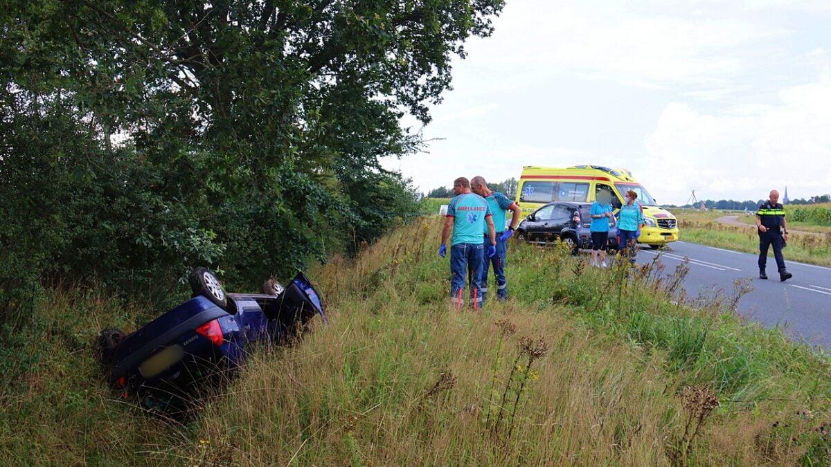 Automobiliste belandt met haar auto op de kop