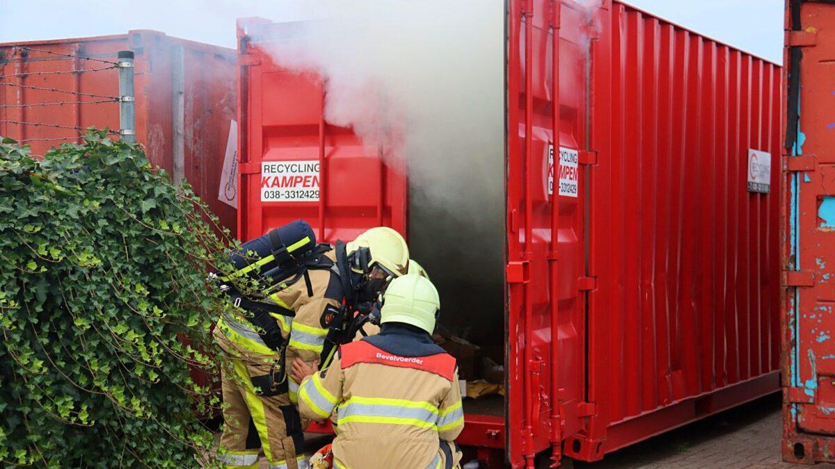 Oud papier container in brand bij sportvereniging d' Olde Veste aan de Parallelweg in Steenwijk