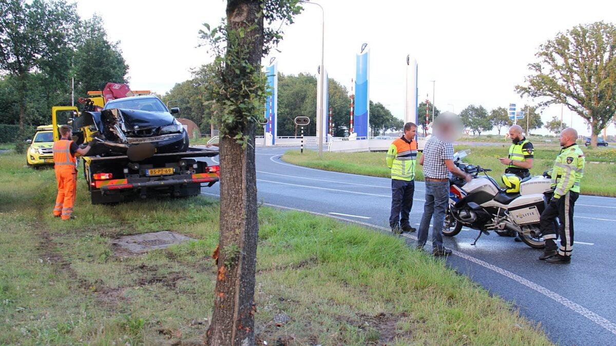 Bestuurder verlaat ongeval en laat zijn zwaar beschadigde auto achter.