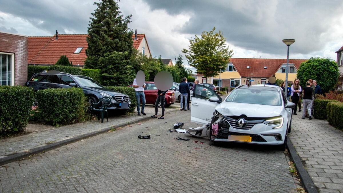 Auto knalt tegen voorgevel van woning aan bij ongeval in Steenwijk