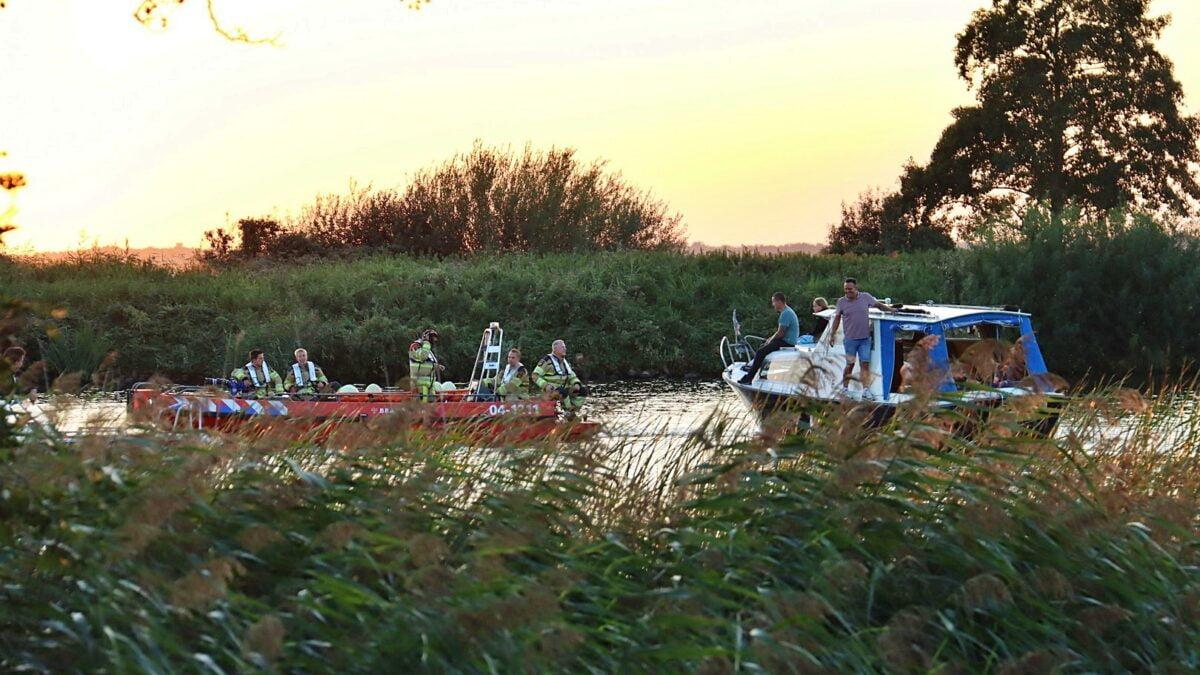 Boot in problemen bij Giethoorn