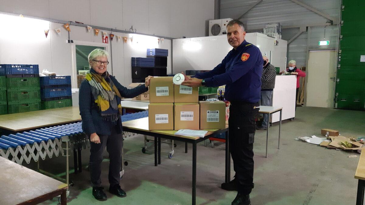 Veiligheidsregio IJsselland schenkt 500 rookmelders aan voedselbanken