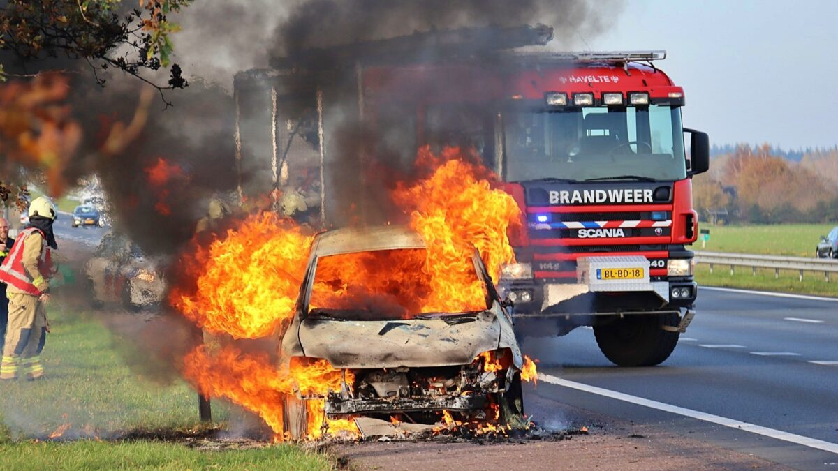 Auto volledig uitgebrand op de A32 bij Havelte