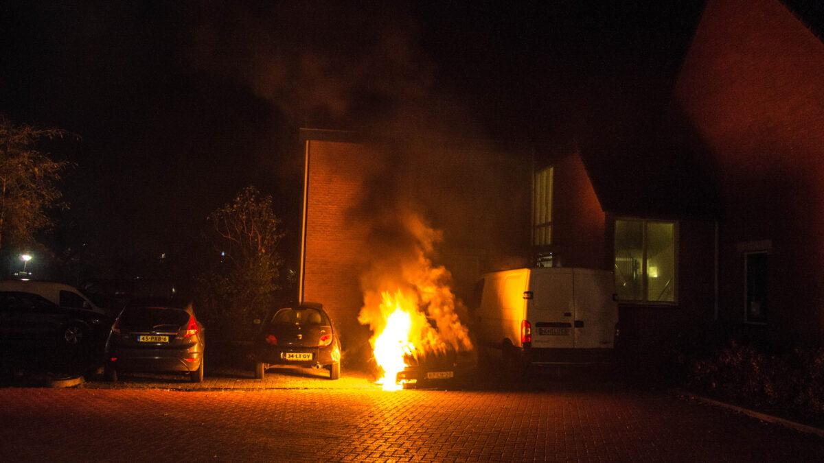 Brand verwoest geparkeerde auto in Steenwijk