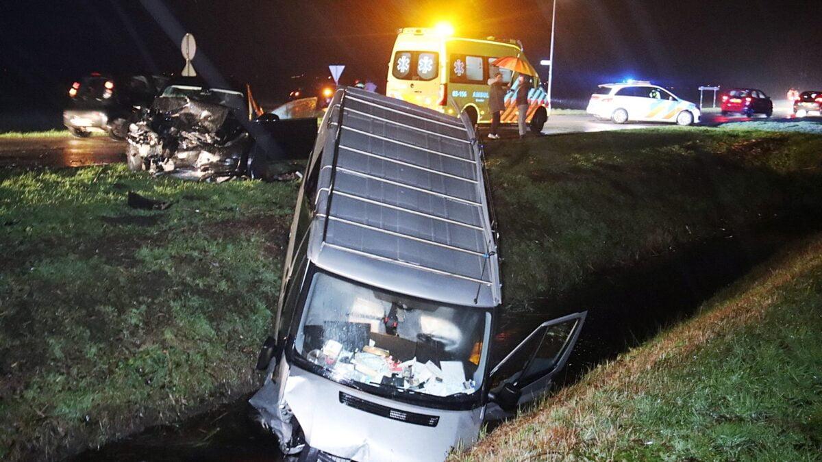 Bestelbus belandt in sloot na aanrijding met personenauto op de Matenweg in Nijeveen