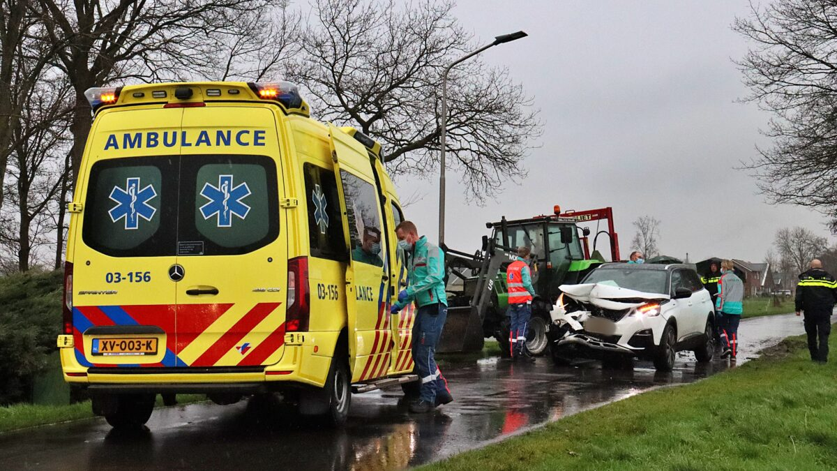 Botsing tussen tractor en auto in Nijeveen