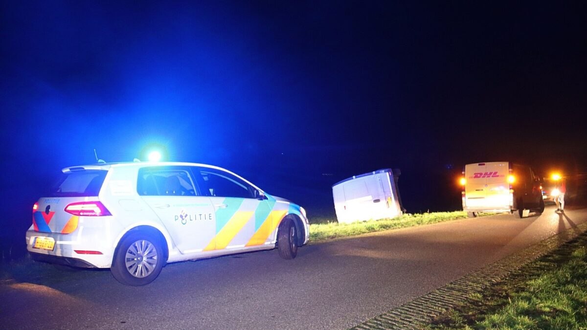 Pakketbezorger rijdt met bestelbus in sloot aan de Burg. Slompweg in Nijeveen