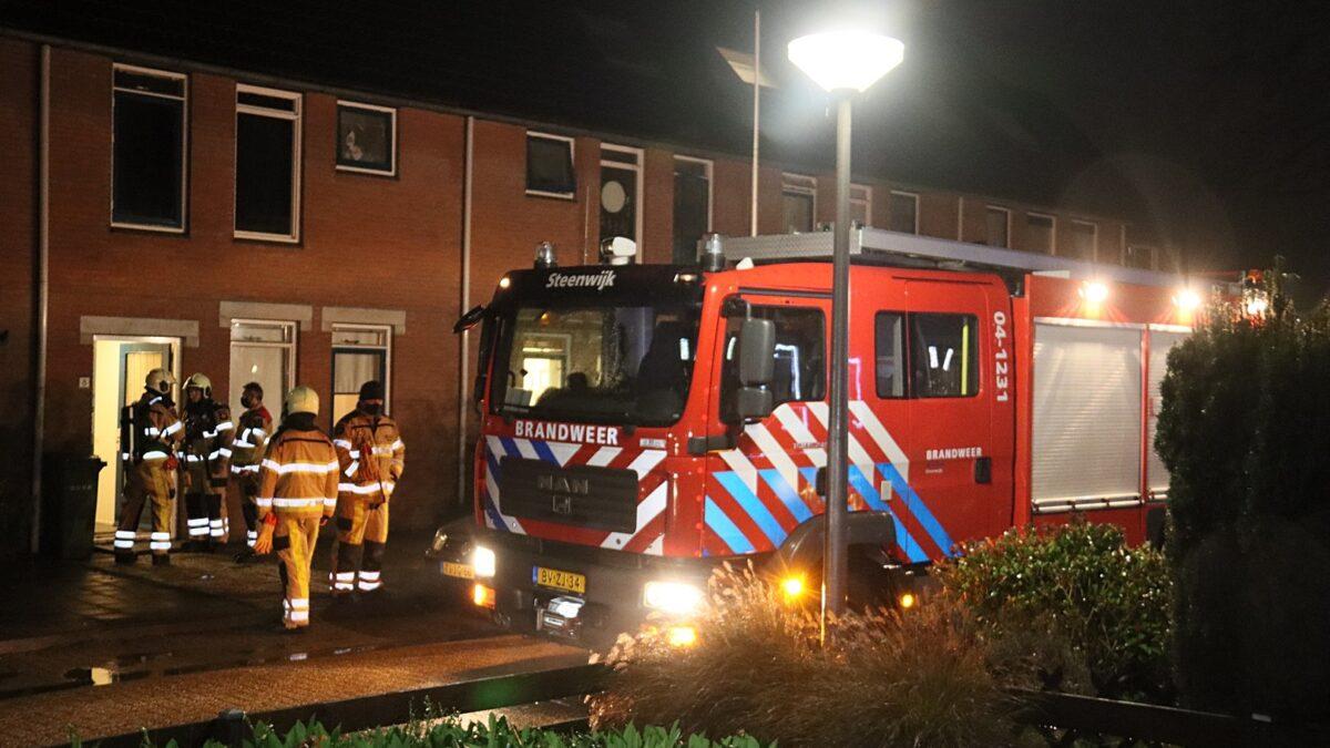 Brandweer controleert woning aan de Anjelierstraat in Steenwijk