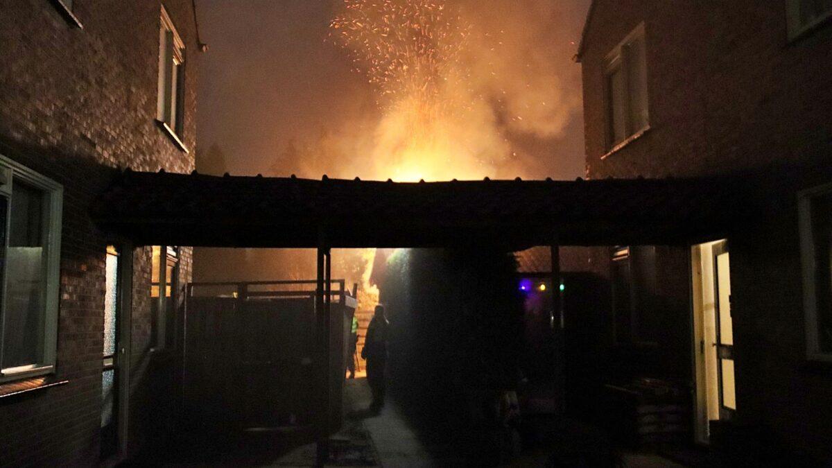 Bewoner gewekt voor brand in steeg achter zijn woning