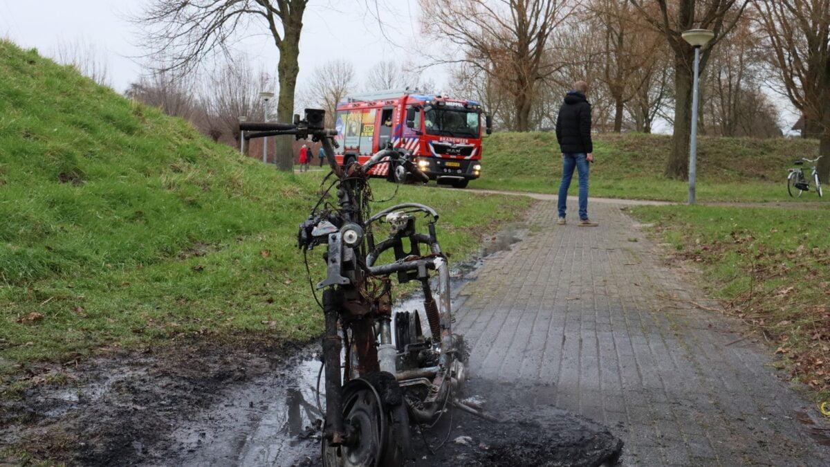 Brommer in brand gestoken in het Ringpark te Meppel