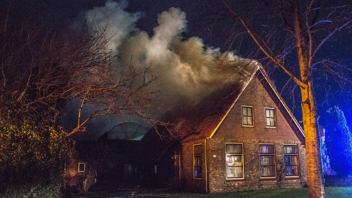 Brand in dak van woonboerderij in Nijensleek