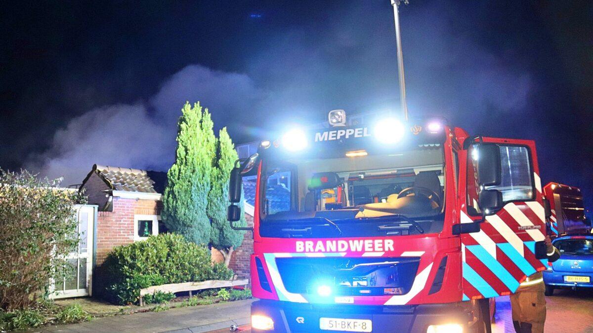Schuur in brand aan de achterzijde van een woning aan de Rozenstraat in Meppel (Video)