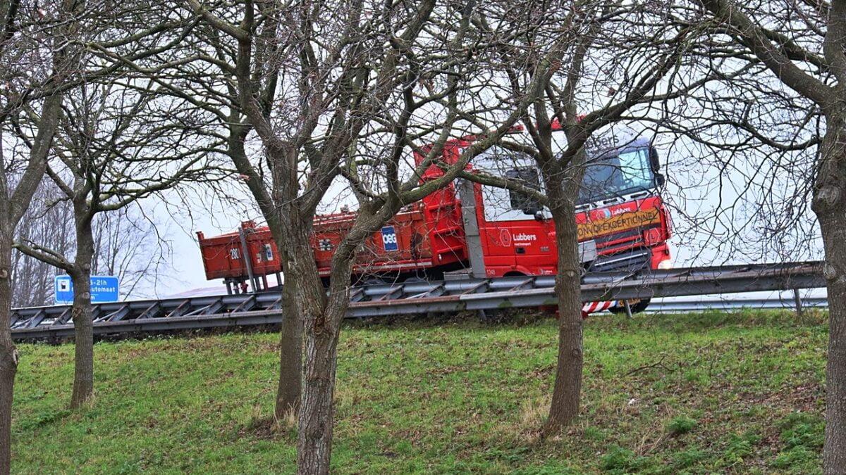 Vrachtwagen van de weg op de A32 bij Nijeveen (Video)