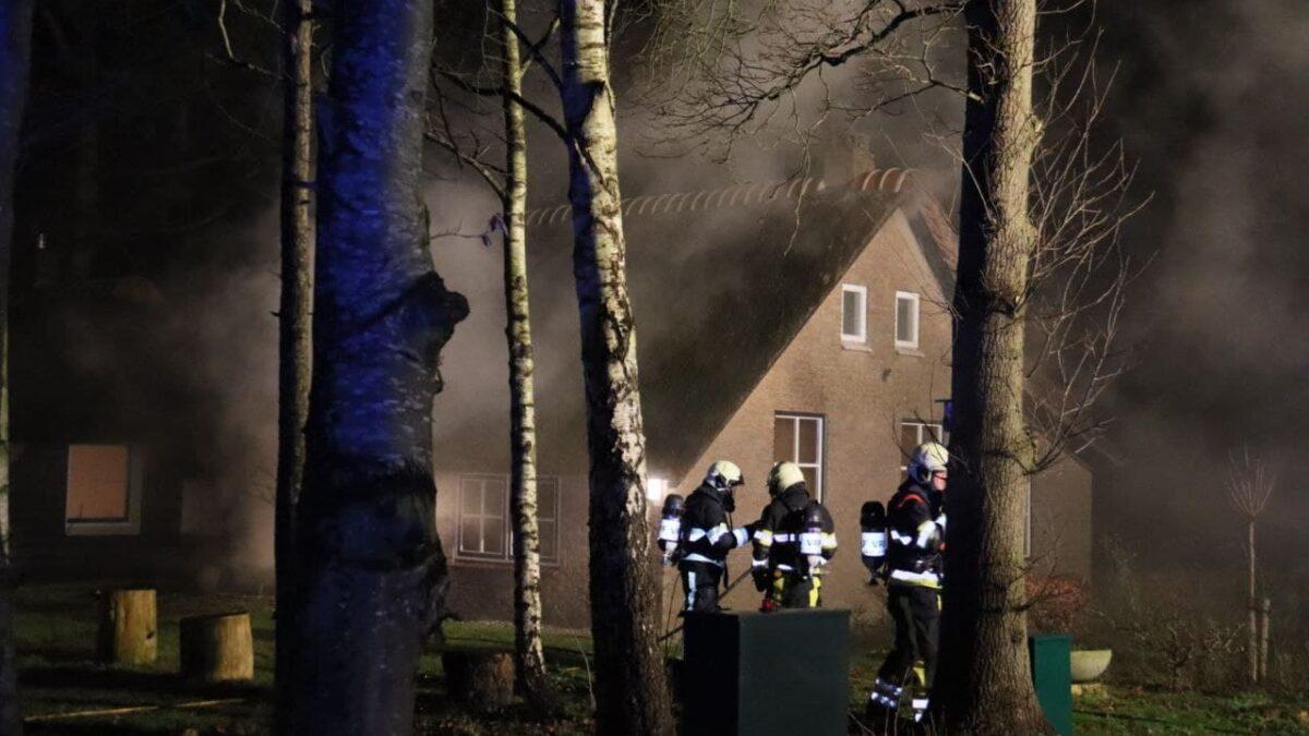 Veel rook bij woningbrand in Eesveen (Video)