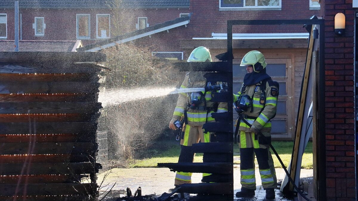 Schutting in brand aan de Oostwold in Tuk