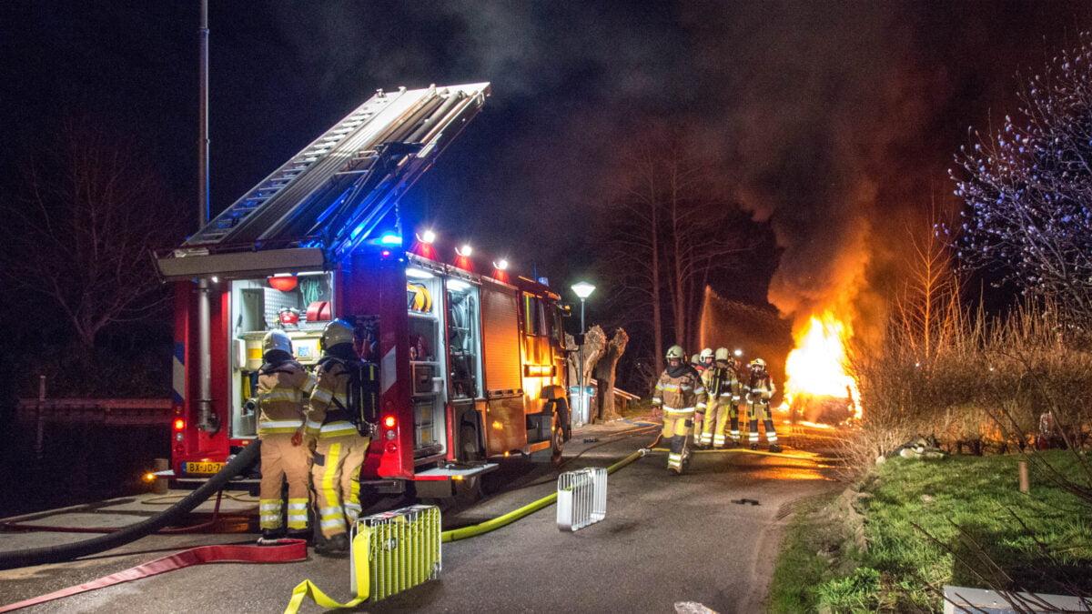 Twee auto's in vlammen op in Giethoorn