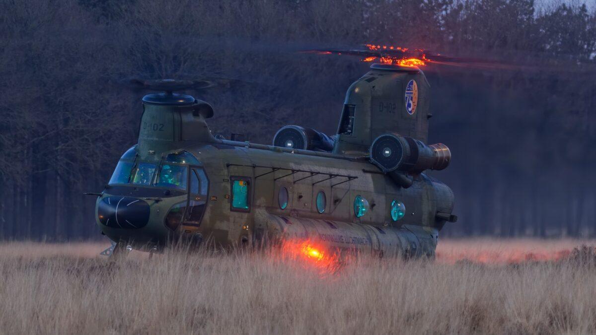 Piloot van Chinook helikopter maakt voorzorgslanding bij Darp