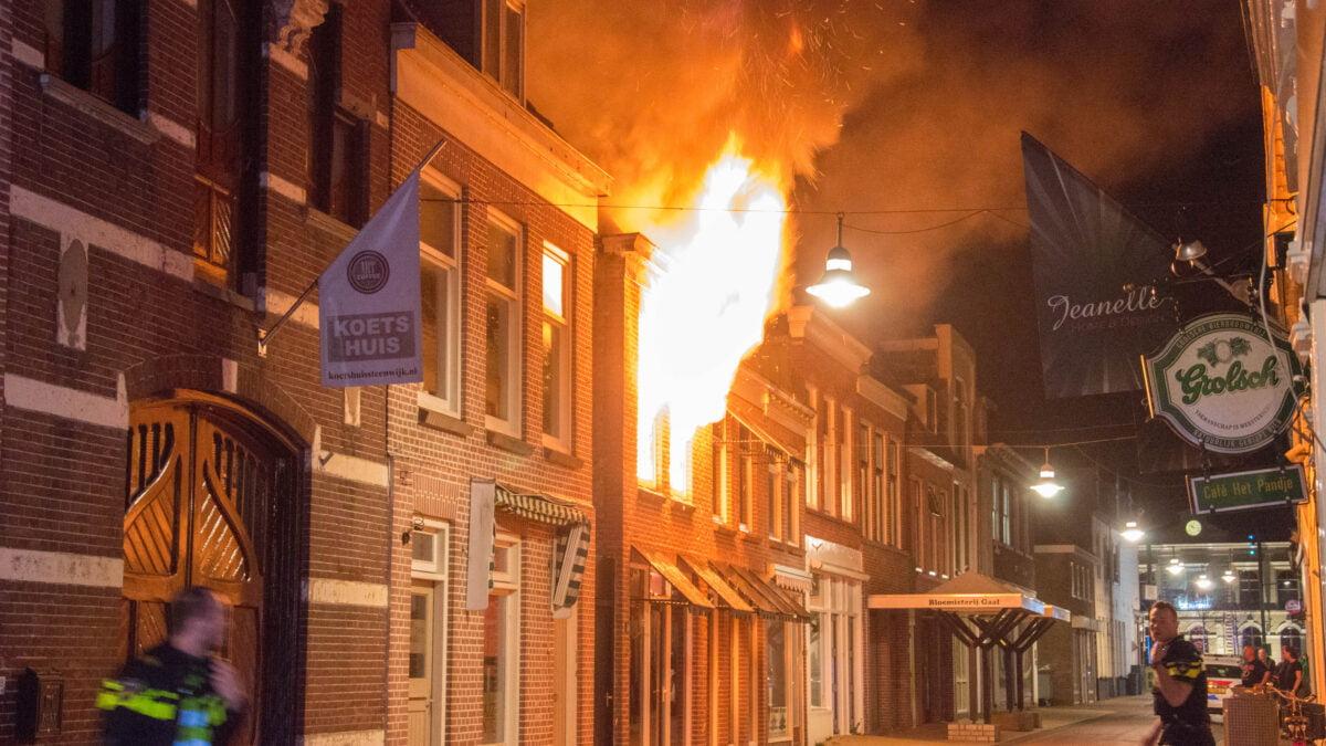 Grote brand in centrum van Steenwijk verwoest 3 panden (Video)