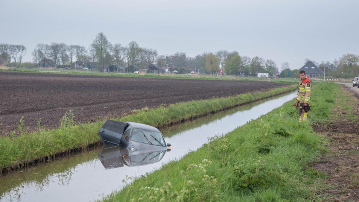 Auto raakt te water aan De Deukten in Giethoorn
