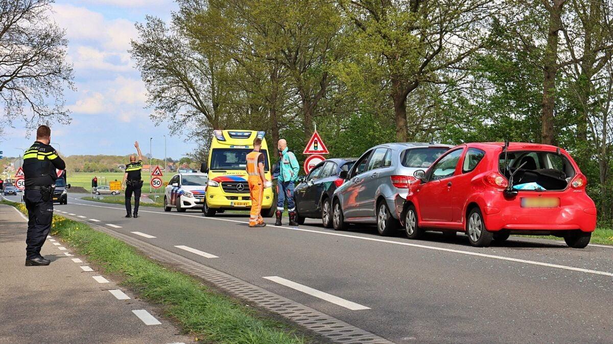 Kop-staart aanrijding met vier voertuigen op de Blokzijlseweg bij Zuidveen