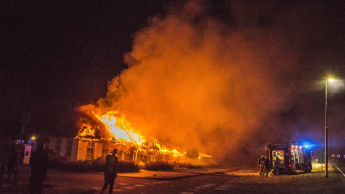 Voormalig hotel volledig verwoest door grote brand in Wanneperveen (Update)
